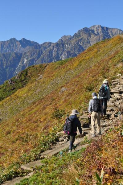 木道を行く人たち。後ろは鹿島槍ヶ岳と五竜岳